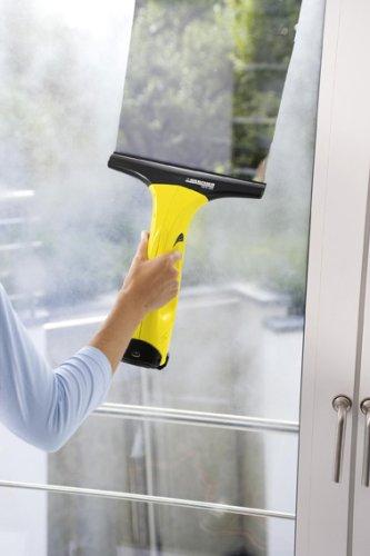Kärcher Fenstersauger beim Absaugen des Schmutzwassers an einer Fensterscheibe.