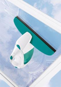 Anwendung des Leifheit Fenstersauger beim Absaugen von Wischwasser