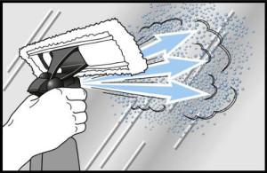 Mit der Sprühflasche der Reinigungseinheit wird die Fläche zunächst kräftig eingesprüht
