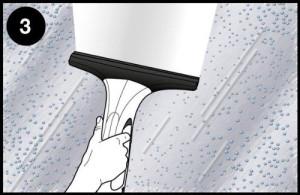 Mit einem Fenstersauger wird das Schmutzwasser anschließend abgezogen