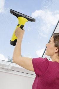 Der Krächer WV 5 beim Einsatz an einem Dachfenster